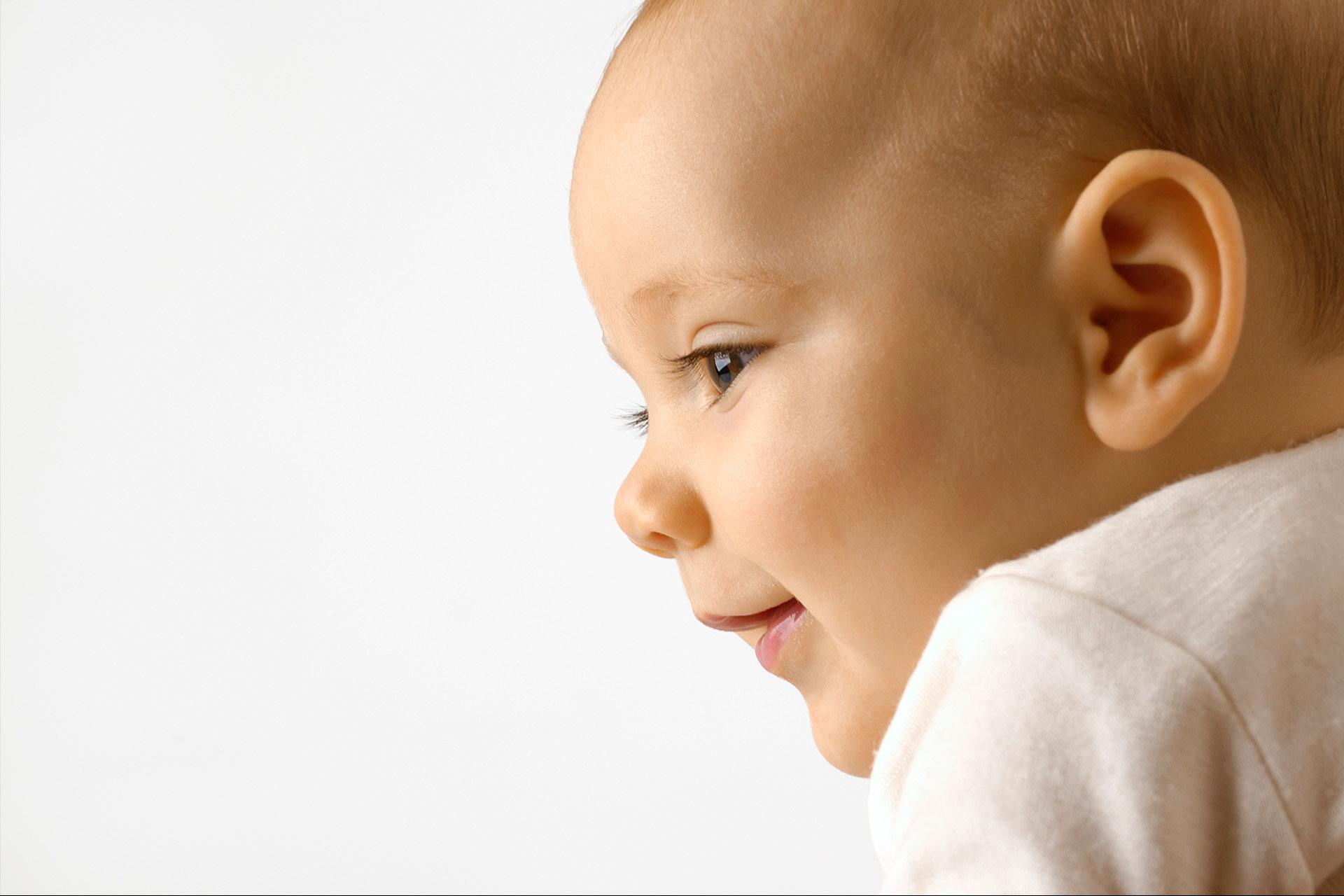 """Colar a orelha do bebê com esparadrapo diminui a """"orelha de abano""""?"""
