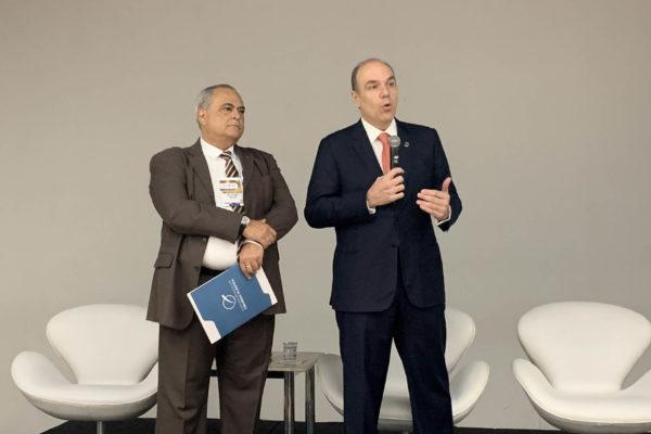Dr. Dênis Calazans, à direita e Dr. Salustiano Pessoa, à esquerda, durante a abertura do 14º Congresso do DESC