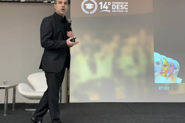 Dr. Ricardo Boggio, durante sua conferência sobre Cosmiatria
