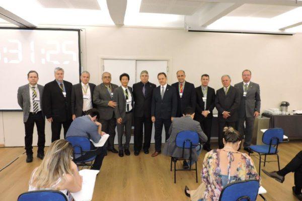 Comissão Julgadora do Exame de Suficiência para Obtenção do Título de Especialista_com o Dr. Níveo Steffen (ao centro) ao lado do presiden