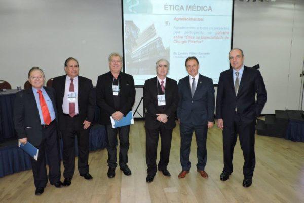 O presidente do CREMESP, Lavínio Camarim (ao centro) ao lado da Diretoria da SBCP (à dir)
