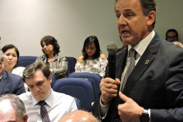 Dr. Níveo explica a importância dos bancos de pele para o Ministro Ricardo Barros