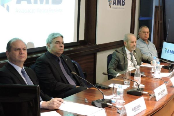 O Ministro da Saúde Ricardo Barros (a esq) e o Presidente da AMB, Lincoln Ferreira (ao lado)